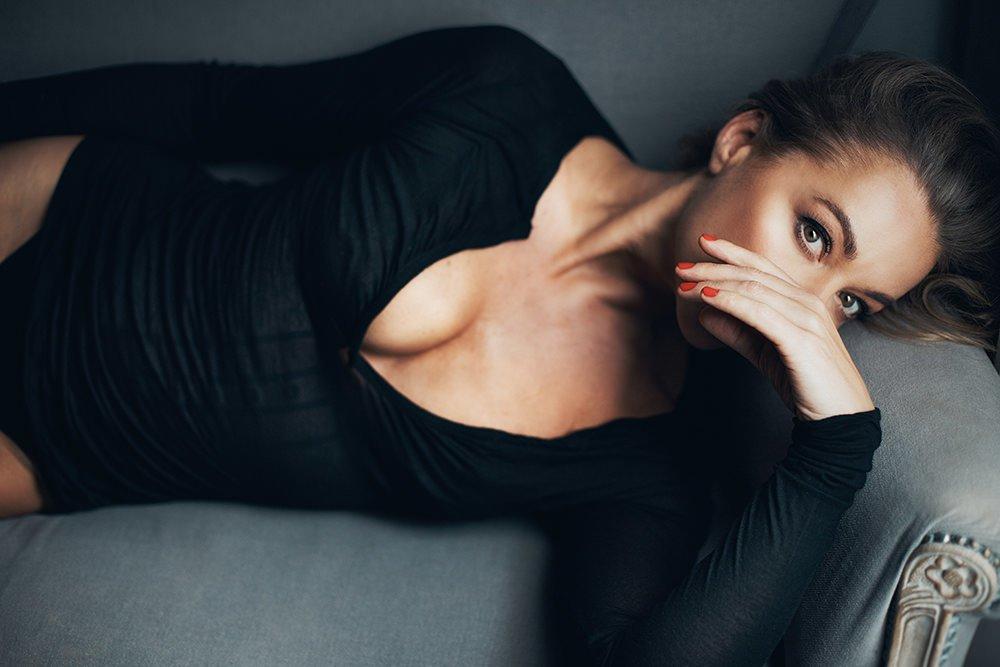 portret tajemniczej kobiety w czarnym body